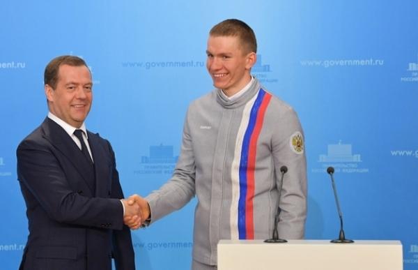 Медведев вручил ключи от авто БМВ победителям ипризерамОИ