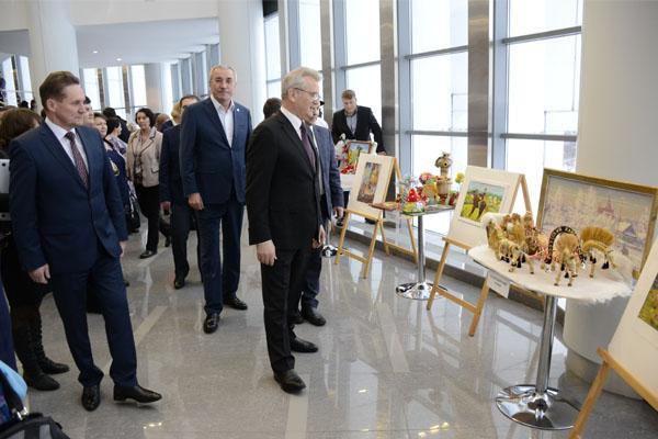 Пензенскому губернатору вручили сосуд сзерном урожая 2017 года