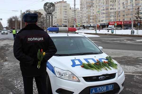 ВНижнем Тагиле работники ГИБДД поздравили автоледи сМеждународным дамским днем